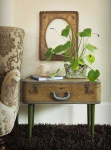 repurposed-vintage-suitcase-as-sidetable